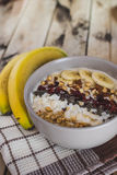 Farine d'avoine avec des bananes, canneberge, graines de chia, lambeaux de noix de coco, alm Photos libres de droits
