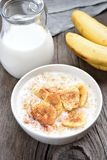 Farine d'avoine avec la banane et la cannelle Image stock