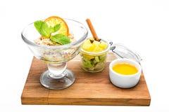 Farine d'avoine avec le fruit et le miel Photo stock