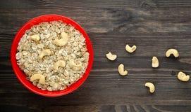 Farine d'avoine avec les anarcadiers nuts Farine d'avoine sur une table en bois oatmeal image libre de droits