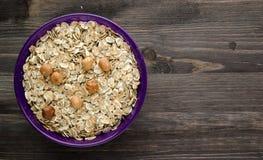 Farine d'avoine avec les noisettes nuts Farine d'avoine sur une table en bois oatmeal photos stock