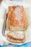 Farine d'avoine coupée en tranches fraîchement cuite au four avec les graines de sésame et des graines de lin dessus Photo stock