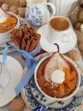 Farine d'avoine cuite au four avec la poire photographie stock