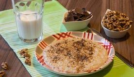 Farine d'avoine délicieuse avec du chocolat et des noix Excellent petit déjeuner images stock