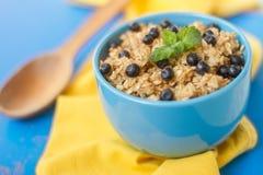 Farine d'avoine dans un plat bleu, utile pour le petit déjeuner Photo libre de droits