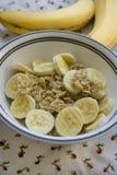 Farine d'avoine de banane servie sur une table Image stock
