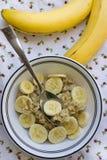Farine d'avoine de banane servie sur une table Images stock