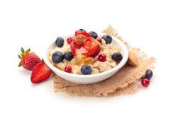 Farine d'avoine et fruits frais images stock