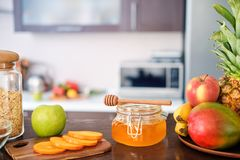 Farine d'avoine saine avec des ingrédients sur la cuisine à la maison photos libres de droits