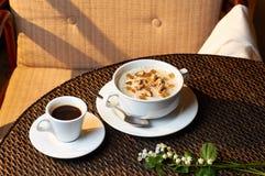 Farine d'avoine traditionnelle de petit déjeuner avec les écrous et le café Photographie stock