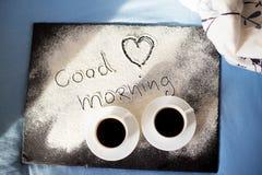 Farine d'inscription bonjour sur un conseil avec des tasses de café, jour du ` s de Valentine de coeur Image stock