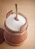 Farine dans un petit baril en bois Image stock