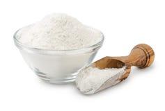 Farine de blé dans la cuvette et le scoop Photographie stock