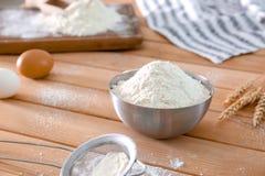 Farine de blé dans la cuvette métallique Photo libre de droits