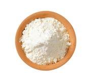 Farine de blé dans le plat de terre cuite Photographie stock libre de droits