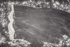 Farine de blé sur la surface de fonctionnement grise essuyée loin Images stock