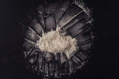 Farine de blé sur un fond noir cuisine Image libre de droits