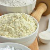 Farine gratuite de millet de gluten dans la cuvette blanche Photographie stock