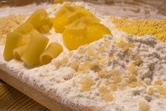 Farine, jaunes d'oeuf, blé, pâtes, cure-dents Photographie stock libre de droits