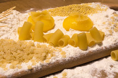 Farine, jaunes d'oeuf, blé, pâtes, cure-dents Photographie stock