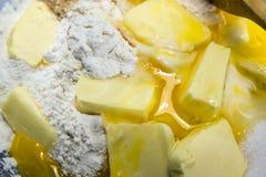 Farine, oeufs, beurre et sucre, ingrédients pour la pâtisserie de pâte brisée Image stock