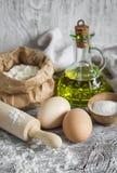 Farine, oeufs, huile d'olive - ingrédients pour préparer la pâte pour des pâtes Image libre de droits