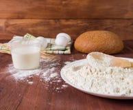 Farine, oeufs, lait sur un fond en bois Préparation de la pâte Photo stock