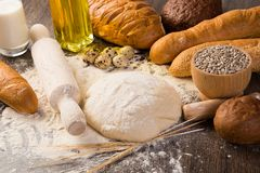 Farine, oeufs, pain blanc, oreilles de blé Photos stock