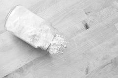 Farine renversée sur la table de cuisine Images stock