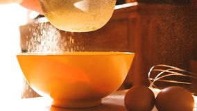 Farine tamisée en cuvette dans la cuisine avec la poudre de farine et oeufs dans au ralenti clips vidéos