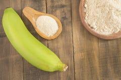 Farine verte de banane sur la table en bois Photo stock
