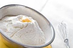 Farinha branca e ovo na bacia imagens de stock royalty free