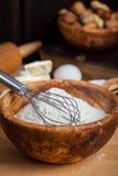 A farinha com whisk imagens de stock