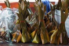 Farinha cozinhada com o coco que enche-se na folha da banana fotografia de stock royalty free