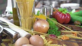 Farinha da composição de alimento na bacia, nos ovos e no vegetal para cozinhar a massa na pizza na tabela de madeira Ingrediente filme