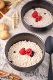 Farinha de aveia apetitosa e saudável do café da manhã com framboesas frescas Fotografia de Stock