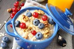 Farinha de aveia caseiro saboroso saudável com as bagas para o café da manhã Imagem de Stock