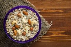 Farinha de aveia com avelã nuts, cajus, amêndoas Farinha de aveia em um wo Imagens de Stock