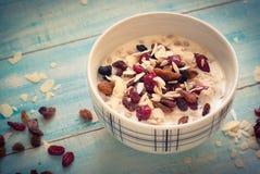 Farinha de aveia com frutos secos Fotografia de Stock