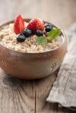 Farinha de aveia do café da manhã com leite e bagas Fotografia de Stock Royalty Free