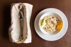 Farinha de aveia do café da manhã com maçã e passas Imagens de Stock Royalty Free