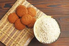 Farinha de aveia e cookies de farinha de aveia na tabela fotografia de stock royalty free