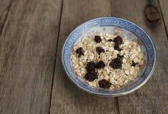 Farinha de aveia seca com passas Alimento saudável e dieta Fotografia de Stock Royalty Free