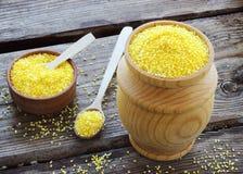 Farinha de milho orgânica crua do polenta em uma bacia de madeira Fotografia de Stock
