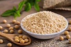 Farinha de soja na bacia e no feijão de soja imagens de stock