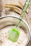 Farinha de trigo de mistura na bacia metálica Imagens de Stock