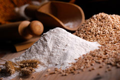 Farinha de trigo na tabela Fotografia de Stock