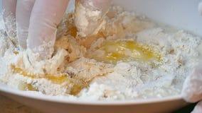 Farinha e fermento de mistura na bacia à mão video estoque
