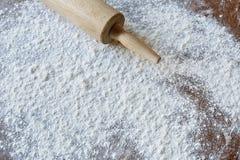 A farinha e a massa rolam pronto para cozer Fotografia de Stock Royalty Free