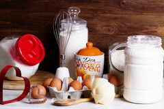 Farinha e outros utensílios da cozinha O conceito de saudável simples Fotos de Stock Royalty Free